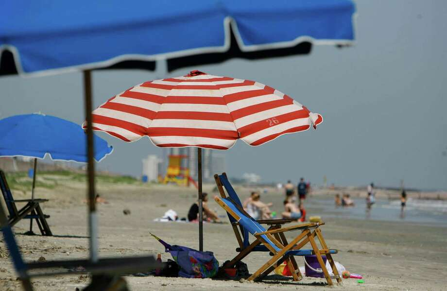 Beaches along the seawall west of Stewart Beach and Apffel Park were served by equipment rental firms but did not have a ban on privately owned umbrellas. Photo: Melissa Phillip, STAFF / Houston Chronicle