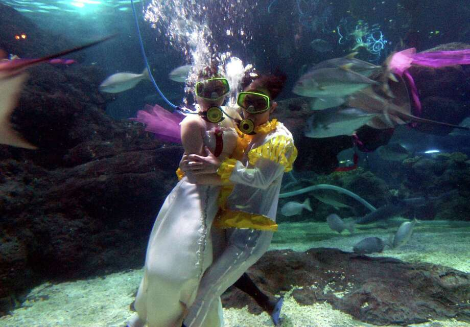 Getting married underwater is pretty, but it's hard to talk, or kiss. Photo: ChinaFotoPress, Getty Images / 2007 ChinaFotoPress