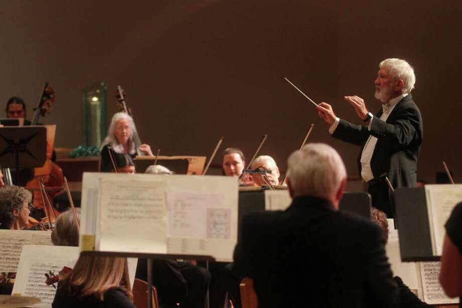 Charles Johnson conducts the Clear Lake Symphony at Gloria Dei Lutheran Church. Photo: Pin Lim, Freelance / Copyright Pin Lim