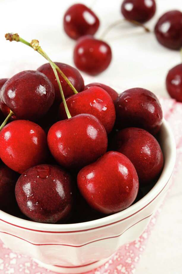 Overhead view of freshly washed ripe red cherries in a bowl/fotolia Photo: Unknown / klsbear - Fotolia
