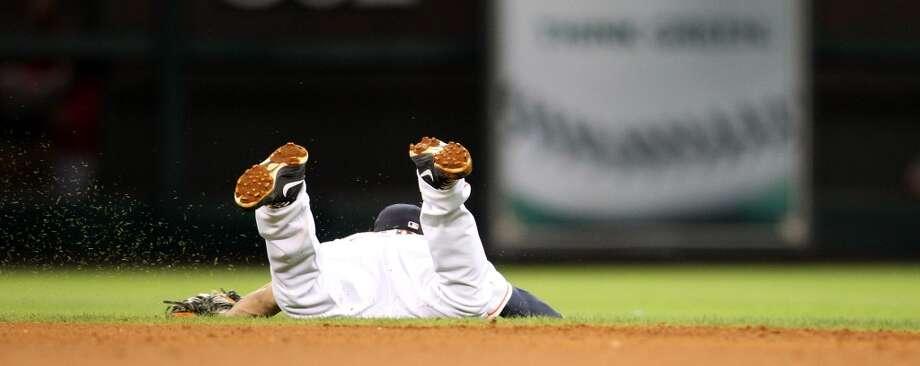 Astros second baseman Jose Altuve (27) dives for a single by Howie Kendrick (47). Photo: Karen Warren, Houston Chronicle