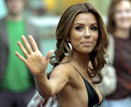 "Actress Eva Longoria waves as she arrives at the world premiere of ""The Groomsmen"" at the Arclight theatre in Los Angeles July 12, 2006. REUTERS/Mario Anzuoni (UNITED STATES) Photo: MARIO ANZUONI, REUTERS / X90045"
