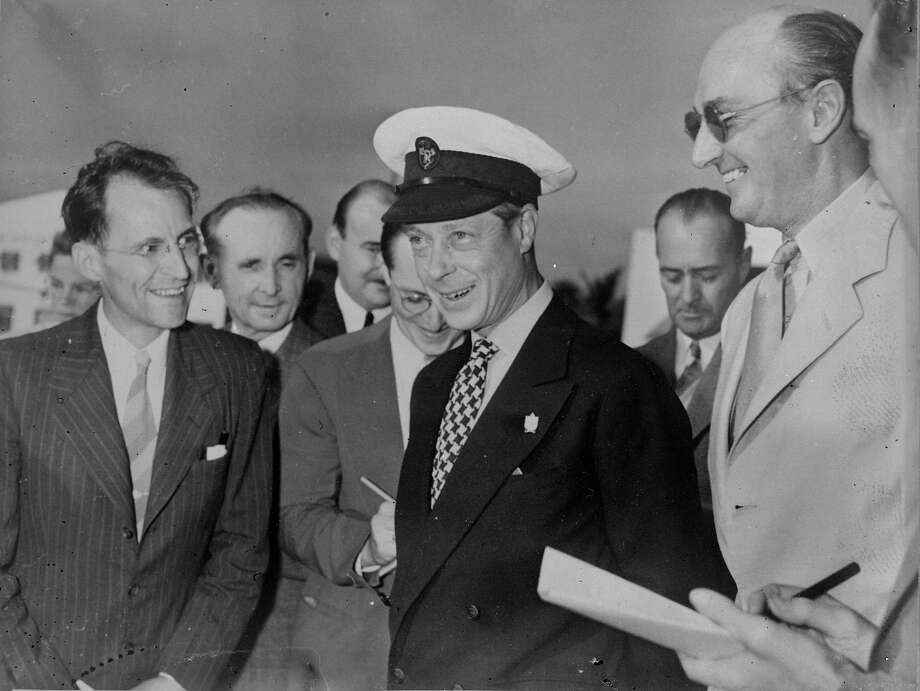 1941:  The Duke of Windsor in a yachting cap  talking to American journalists after visiting American naval bases in Florida during WW II. Photo: Keystone, Getty Images / Hulton Royals Collection