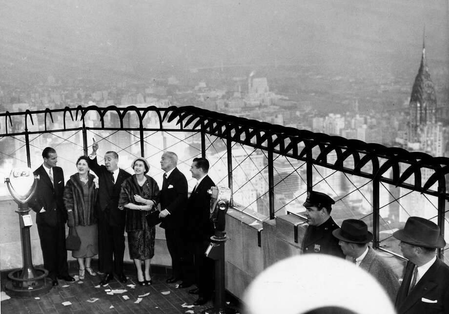 1957: HM, Queen Elizabeth with the Duke of Edinburgh is shown the view of the city from the 86th floor of the Empire State Building. Photo: Popperfoto, Popperfoto/Getty Images / Popperfoto