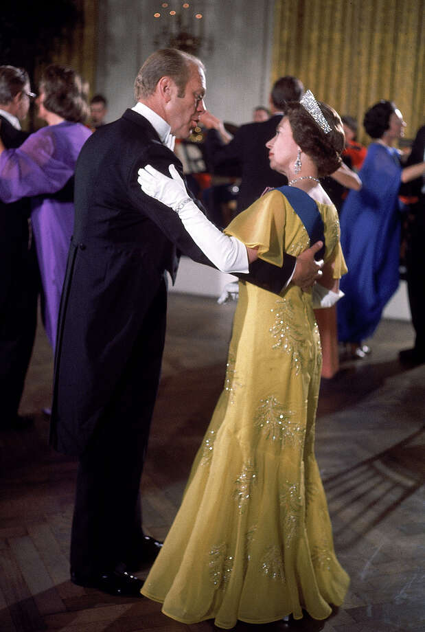 1976: President Gerald Ford dances with Britain's Queen Elizabeth during a White House State Dinner honoring the Queen US Bicentennial visit, Washington DC. Photo: Dirck Halstead, Time & Life Pictures/Getty Image / Time Life Pictures
