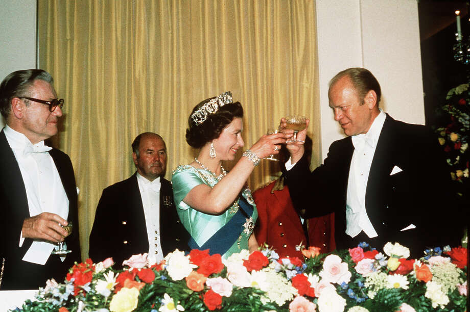 1976: President Gerald Ford toasts Queen Elizabeth II at an American Bicentennial dinner in the Rose Garden. Photo: Anwar Hussein, Getty Images / 1976 Anwar Hussein