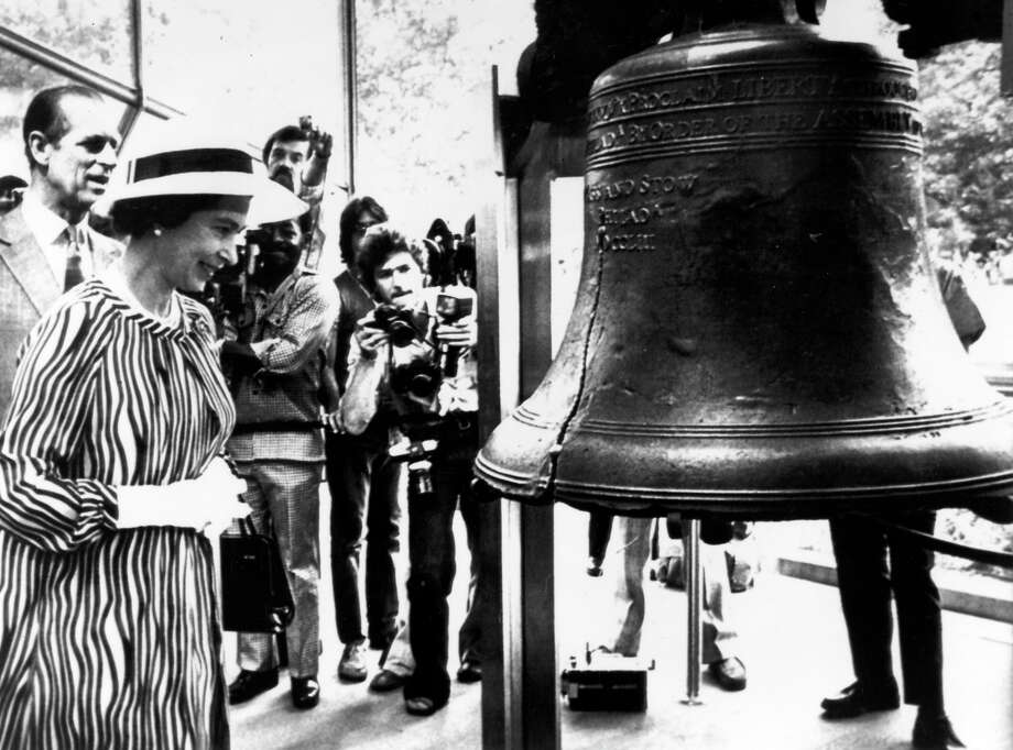 1976: HM, Queen Elizabeth with the Duke of Edinburgh inspect the Liberty Bell a symbol of American Independence. Photo: Rolls Press/Popperfoto, Popperfoto/Getty Images / Popperfoto