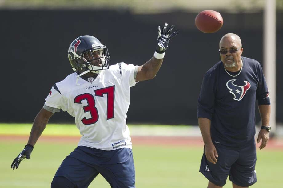 Running back Ray Graham (37) makes a one-handed catch as running backs coach Chick Harris looks on.