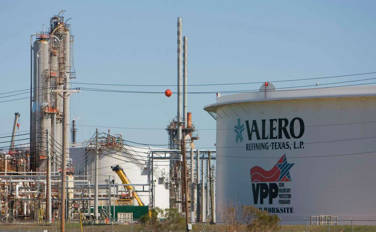 As U.S. oil companies increase the amount of oil they pump, refiners are more willing to bet on that continuing supply.