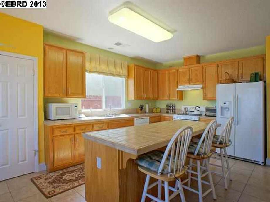 The kitchen features a breakfast bar and a breakfast nook as well as a free standing oven.