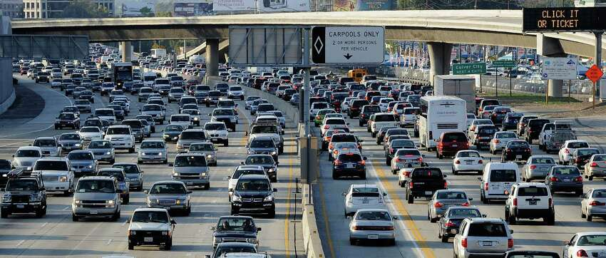 Los Angeles-Long Beach-Anaheim Modes of transportation Driving alone: 74.1 percent Carpoolers: 9.9 percent Other: 10.1 percent Public transport: 5.8 percent Average commute times Drivers: 28 minutes Carpoolers: 30 minutes Transit: 50 minutes