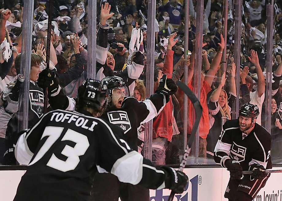 Trevor Lewis (center) exults after scoring the go-ahead goal, the Kings' second in 22 seconds. Photo: Robert Gauthier, McClatchy-Tribune News Service