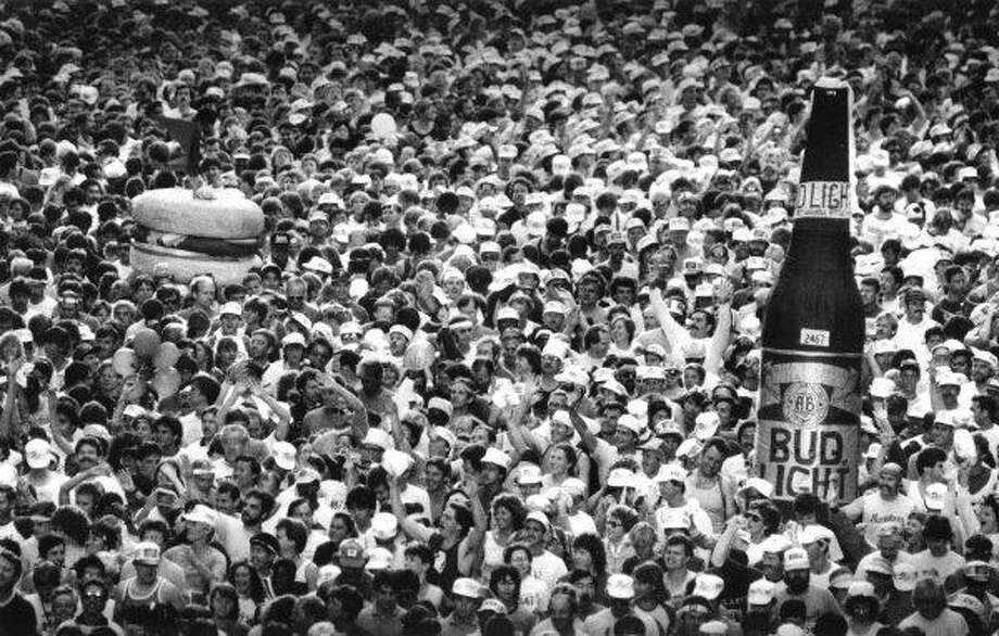 The crowd lining up at the start of the 1986 Bay to Breakers on May 19, including two runners dressed as a beer and a burger. Photo: The Chronicle