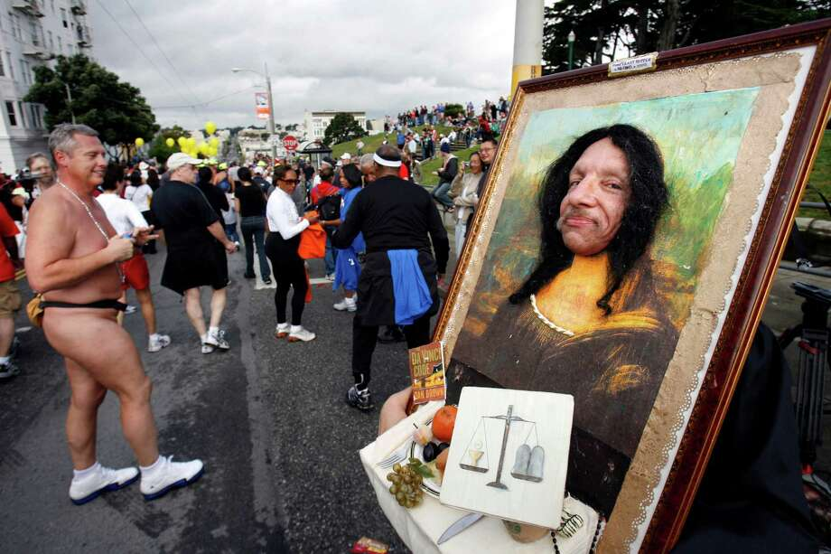 Miguel Gutierrez, dressed as the Mona Lisa, stops near the top of the Hayes Street hill during the 95th annual running of the Bay to Breakers on Sunday, May 21, 2006. Photo: Carlos Avila Gonzalez, The Chronicle / The Chronicle