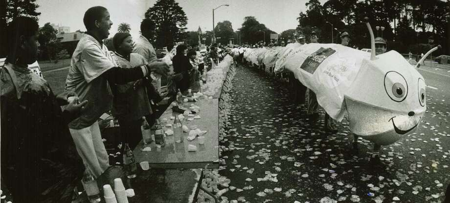 The centipede makes it way along the race course at the 1986 Bay to Breakers. Photo: Steve Ringman, Chronicle File / SFC