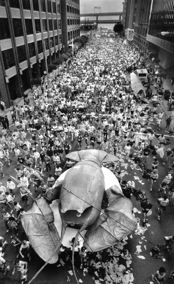 At the start of the 1985 race, Sally The Lobster (by far the largest entry) scurried by. Photo: Steve Ringman, The Chronicle / ONLINE_YES