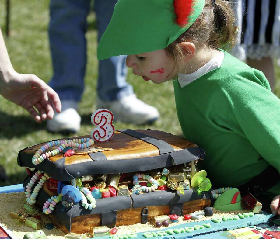 Davin Lyons, 3 years old, blows out a candle on his treasure chest birthday cake on April 6, 2013, in Akron, Ohio. (Karen Schiely/Akron Beacon Journal/MCT) Photo: Karen Schiely / Akron Beacon Journal