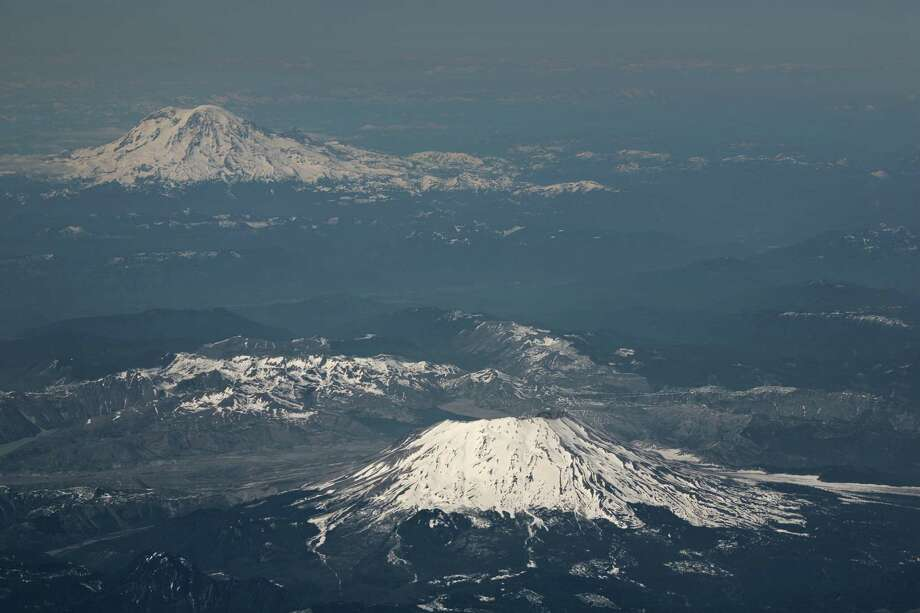 St. Helens and Rainier. Photo: Skyhobo, Getty Images / (c) Skyhobo