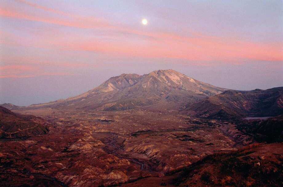 Moonrise over Mount St. Helens at sunset. Photo: Chuck Pefley, Getty Images / (c) Chuck Pefley