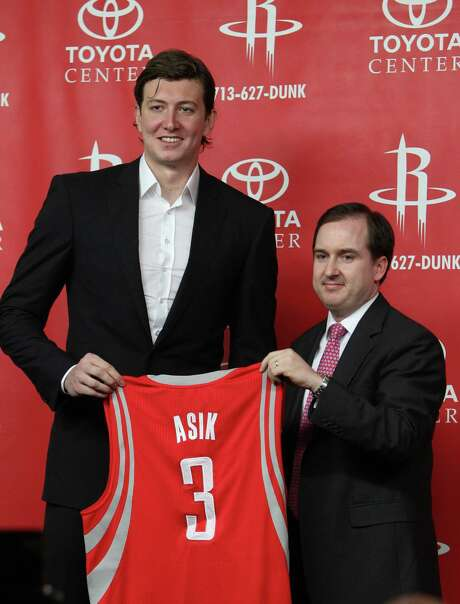 Sam Hinkie, right, was with the Rockets eight years before becoming the 76ers general manager in May. Photo: Karen Warren, Staff / © 2012  Houston Chronicle