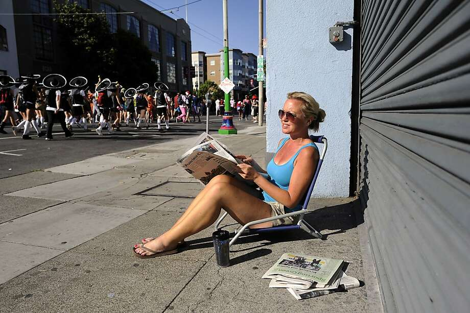 Rachel Fairbanks sits in a lawn chair in front of her apartement on Howard St. and watches the 102nd Bay to Breakers race in San Francisco, CA Sunday May 19th, 2013. Photo: Michael Short, Special To The Chronicle