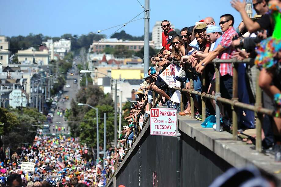 People watch the Bay to Breakers race from Alamo Square Park as it moves down Hayes St. in San Francisco, CA Sunday May 19th, 2013. Photo: Michael Short, Special To The Chronicle