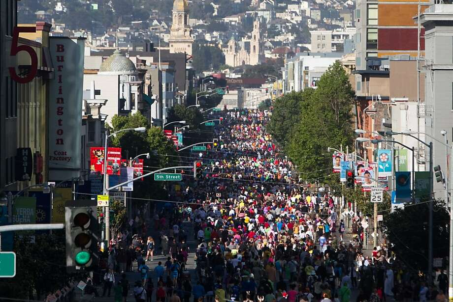 Participants take part in the 2013 Bay to Breakers on Howard Street in San Francisco, Calif. on May 19, 2013. Photo: Douglas Zimmerman, SF Gate
