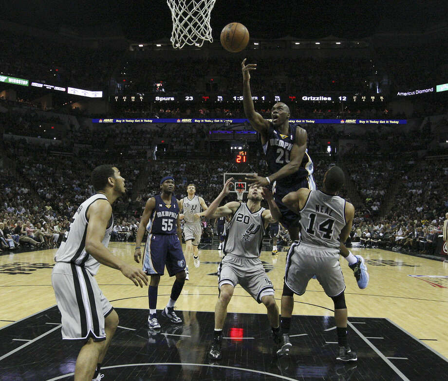 Grizzlies reserve Quincy Pondexter (21) made the most of his opportunities during Game 1, scoring a team-high 17 points that included five 3-pointers. Photo: Kin Man Hui / San Antonio Express-News