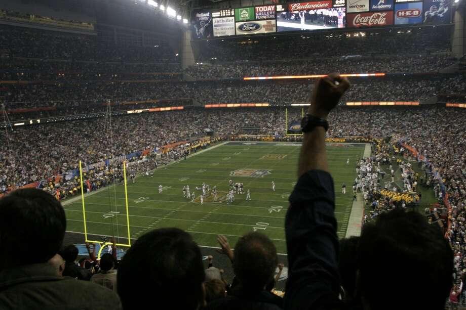Fans celebrate the game-winning field goal by Patriots kicker Adam Vinatieri. Photo: John Everett, HOUSTON CHRONICLE