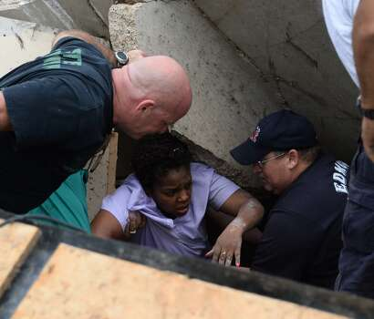 A woman is pulled out from under the rubble in Moore, Oklahoma, Monday, May 20, 2013 after a tornado with an initial classification of EF-4 struck the town.  At least 51 people were killed, including at least 20 children, and those numbers were expected to climb, officials said Tuesday. (Gene Blevins/Zuma Press/MCT)