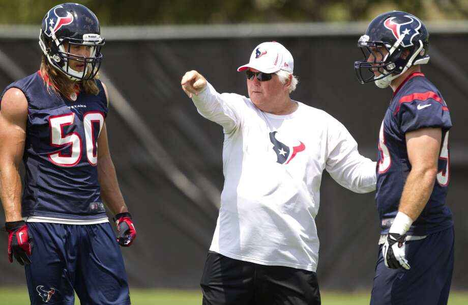 Texans defensive coordinator Wade Phillips, center, works with linebackers Bryan Braman (50) and Mike Mohamed (53).