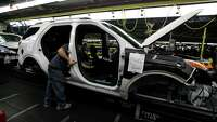 US auto factories cutting back on summer downtime - Photo