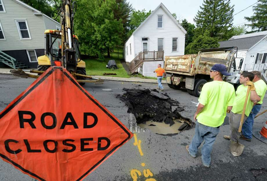 Workers from the Troy Public Utilities department start the work May 22, 2013, on repairing a large sink-hole on Lincoln Avenue in Troy, N.Y.        (Skip Dickstein/Times Union) Photo: SKIP DICKSTEIN / 00022530A