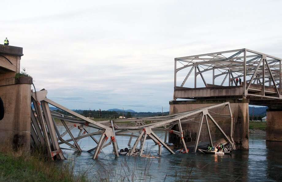 Rescue workers look for victims after a portion of the Interstate 5 bridge collapsed into the Skagit River in Mount Vernon, Wash., Thursday, May 23, 2013. Photo: Jennifer Buchanan, Associated Press