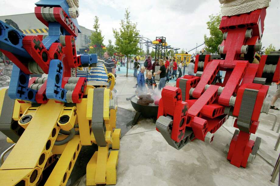 Finally, how do you build big Lego works? Why, with Lego excavators, of course. Photo: Ulrich Baumgarten, U. Baumgarten Via Getty Images / 2005 Ulrich Baumgarten