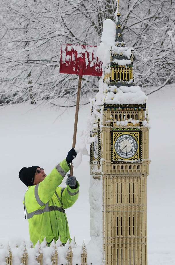 Legoland, Windsor employee Graeme Williams clears snow from Lego Big Ben on January 6, 2010. Photo: CARL DE SOUZA, AFP/Getty Images / AFP