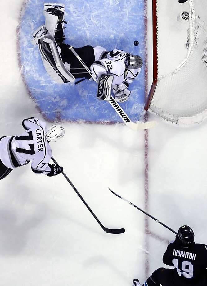 Sharks captain Joe Thornton (19) slips the puck in behind Kings goaltender Jonathan Quick (32) for a 5-on-3 power play goal in the first period. Photo: Carlos Avila Gonzalez, The Chronicle