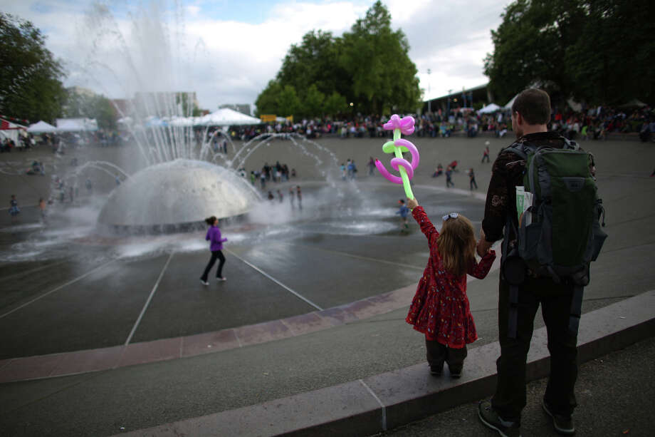 People gather at the International Fountain during the Northwest Folklife Festival. Photo: JOSHUA TRUJILLO, SEATTLEPI.COM / SEATTLEPI.COM