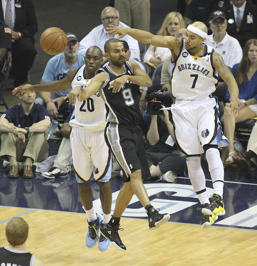Spurs' Tony Parker (09) passes out of trouble against Memphis Grizzlies' Quincy Pondexter (20) and Jerryd Bayless (07) in Game 4 of the 2013 Western Conference Finals at the FedEx Forum in Memphis on Monday, May 27, 2013. (Kin Man Hui/San Antonio Express-News)