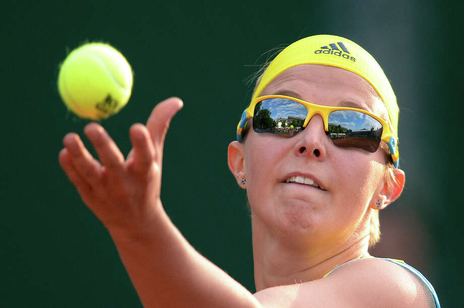 Belarus' Kirsten Flipkens serves to Italy's Flavia Pennetta during their French Tennis Open first round match at the Roland Garros stadium in Paris, on May 27,  2013. Photo: MARTIN BUREAU, AFP/Getty Images / 2013 AFP
