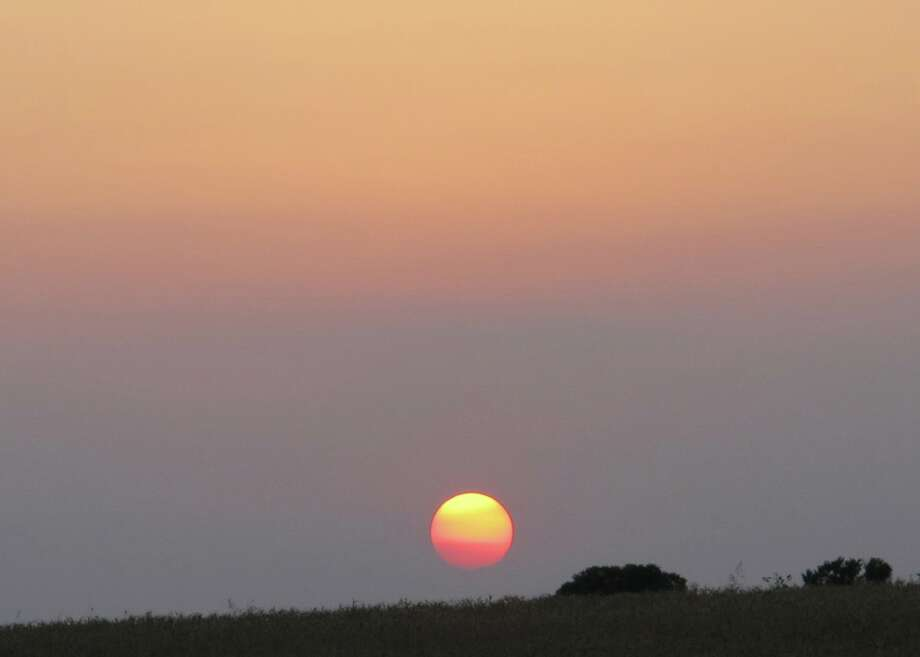 On May 19, the Texas sun set behind a thick layer of smoke from agricultural fires in Mexico. Photo: Forrest M. Mims III