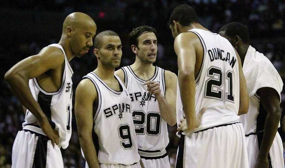 San Antonio Spurs Bruce Bowen, Tony Parker, Manu Ginobili, Tim Duncan and Michael Finley (L-R) huddl