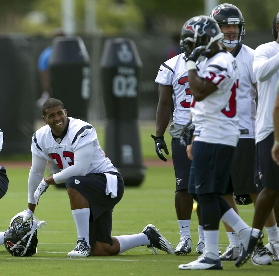 Arian Foster takes a knee during Tuesday's workout.