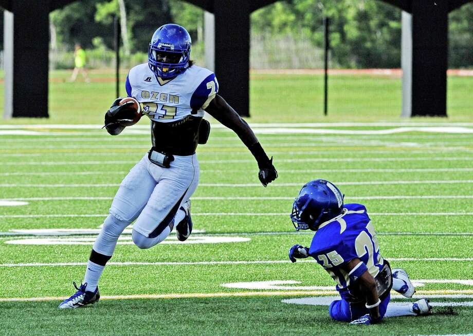 Ozen's Tony Brown, #21, makes run up the outside during the Qzen High School spring football game on Tuesday, May 28, 2013. Photo taken: Randy Edwards/The Enterprise Photo: Randy Edwards