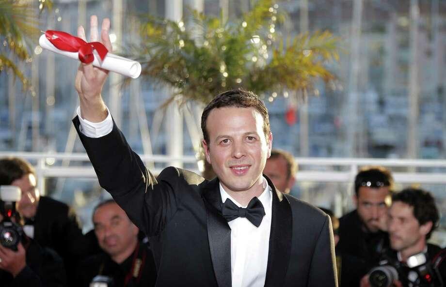 """El cineasta mexicano Amat Escalante posa con su premio al mejor director por """"Heli"""" en una sesión de fotos tras ceremonias  del Festival de Cine de Cannes, en Francia. Photo: Lionel Cironneau / Associated Press"""