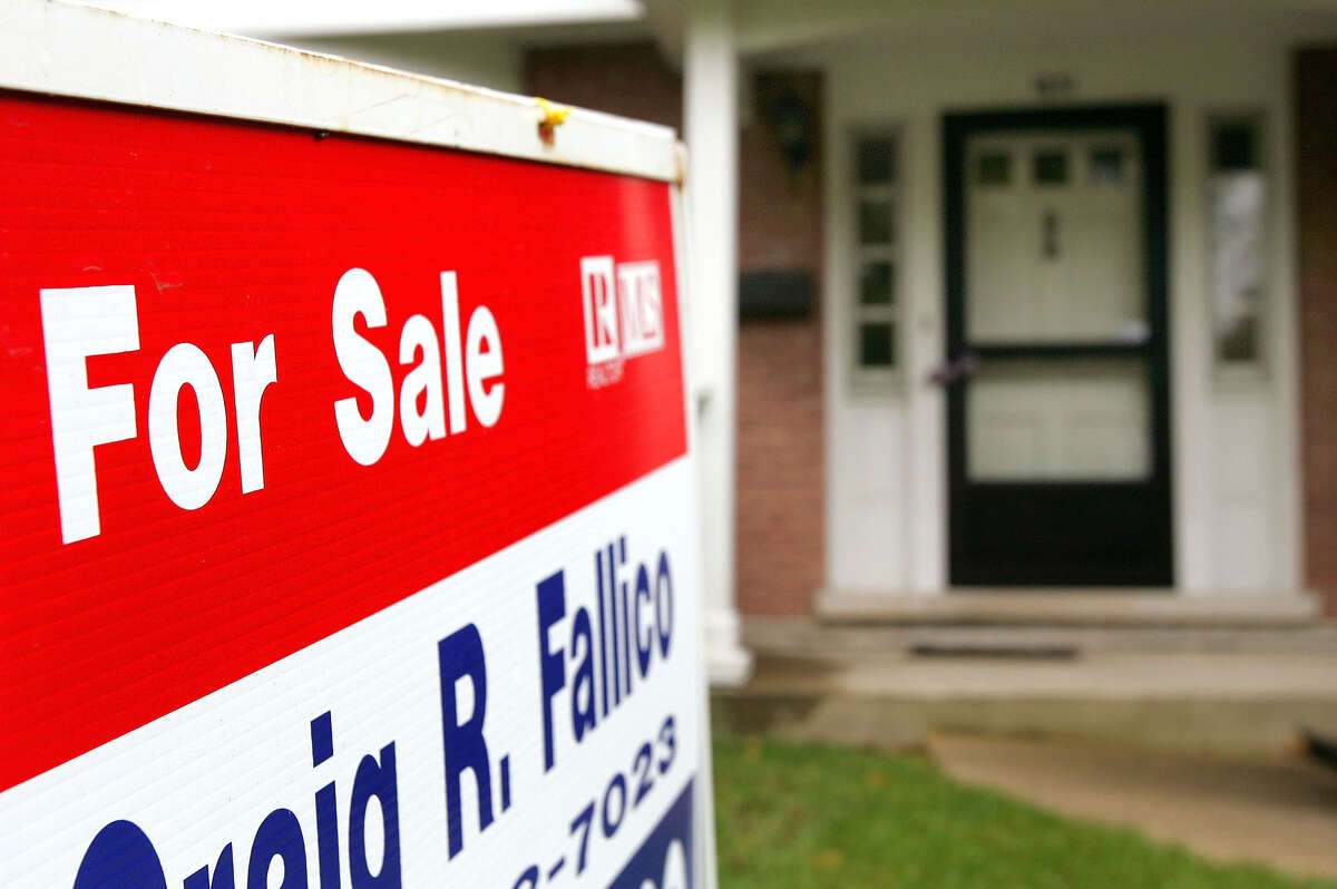 """A """"For Sale"""" sign is posted in front of an existing single-family residence for sale October 4, 2006 in Park Ridge, Illinois. The slowing of home sales is projected to result in lower home prices in 2007, particularly in the Northeast, Florida and California, according a report released October 4."""