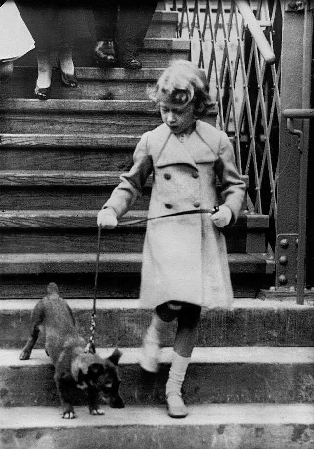 Princess Elizabeth of England takes her dog for a walk in 1931. Photo: Imagno, Getty Images / Hulton Archive