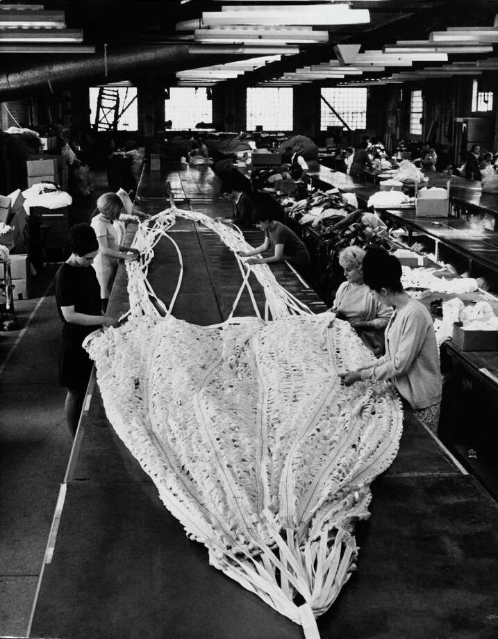 Workers produce a giant parachute for the Concorde in the United Kingdom in 1967. Photo: KEYSTONE FRANCE, Gamma-Keystone Via Getty Images / KEYSTONE FRANCE