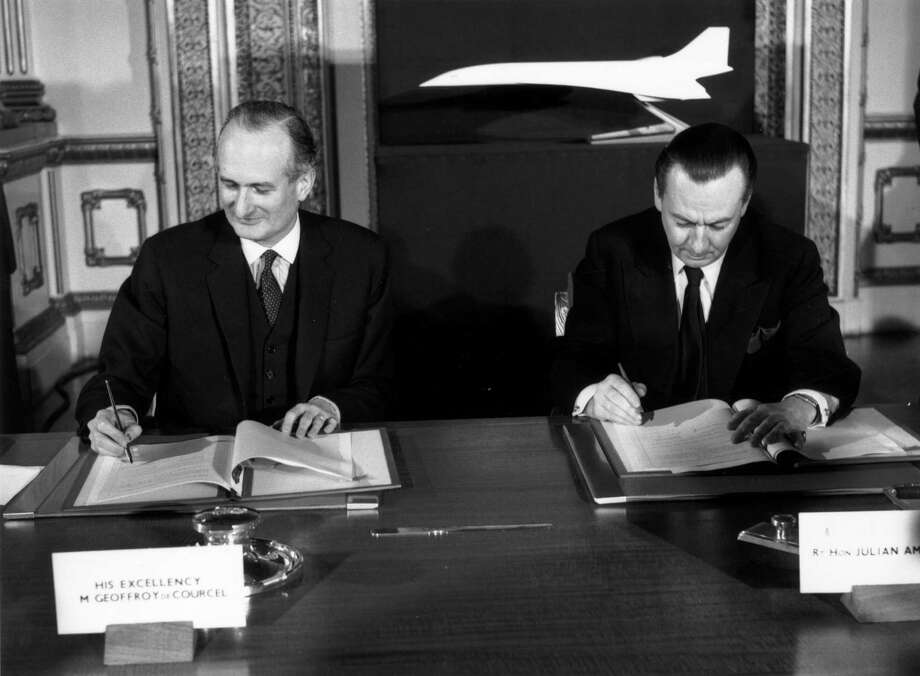 On Nov. 29, 1962, French Ambassador to the United Kingdom Geoffroy de Courcel (left) and British Minister of Aviation Julian Amery signed an agreement to develop the Concorde jointly. Photo: Central Press, Getty Images / Hulton Archive