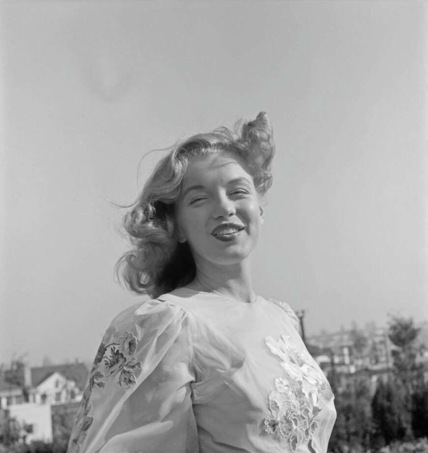 LOS ANGELES - 1947:  Newly signed 20th Century-Fox contract girl Marilyn Monroe poses for a portrait in 1947 in Los Angeles, California.  (Photo by Earl Theisen/Getty Images) Photo: Earl Theisen Collection, Multiple / 1947 Earl Theisen